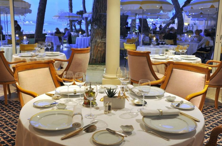 Coronavirus Restaurants : Εξετάζεται και η λειτουργία των εσωτερικών χώρων υπό τη μορφή ημιυπαιθρίων