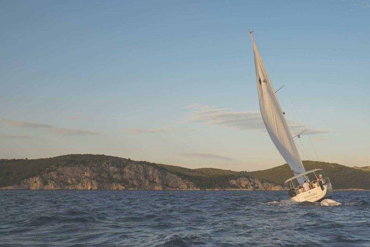 Santorini: Μηχανική βλάβη σε ιστιοφόρο στην θαλάσσια περιοχή της Περίσσας στην Σαντορίνη