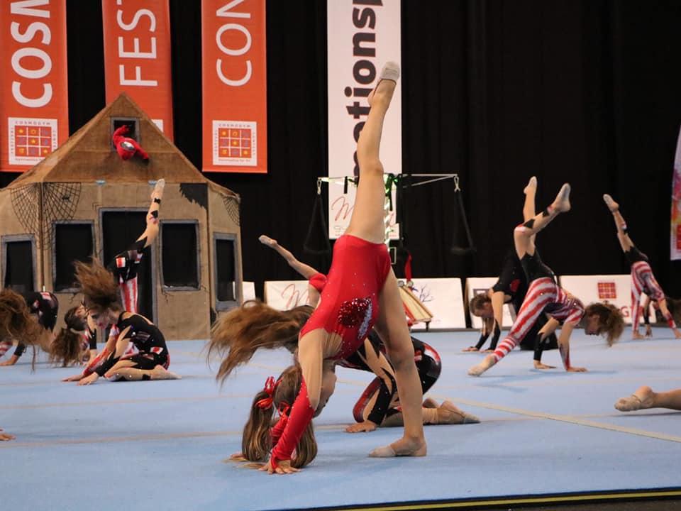 , ayrımlar yetenekli jimnastikçiler Ritmik A. ile mükemmel görünüm. S.. Ano Mera (Video)