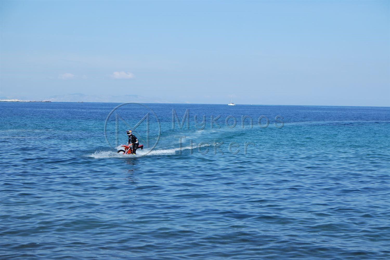 , O lider binici Robbie Maddison Mikonos denize bisiklet yol açar!