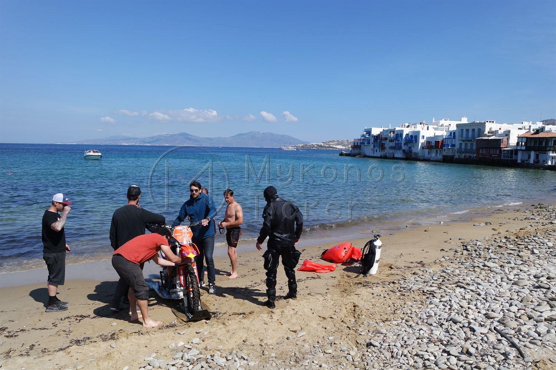, O führenden Fahrer Robbie Maddison führt das Fahrrad in das Meer von Mykonos!