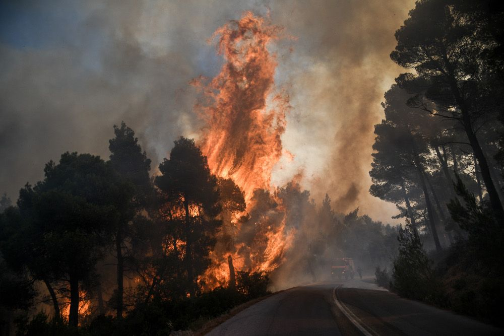 , In Emergency Situation region Messapion Evia, wherein the fire is raging – The first houses the flames